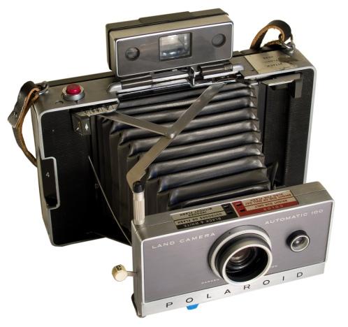 eeff40ffa5 El 21 de febrero de 1947 Edwin Herbert Land, científico e inventor  estadounidense muestra por primera vez en público una cámara instantánea de  fotos, ...